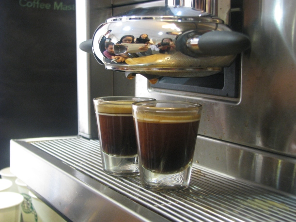 The first 10 seconds after extraction are crucial -- there you will taste the perfect caramelly and nutty taste of the espresso. And that's why it's ideal to drink it right upon serving.